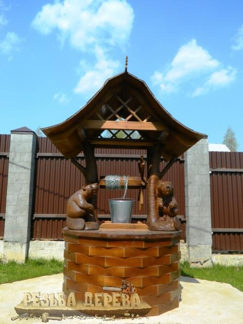 Колодезный домик из дерева с бобрами