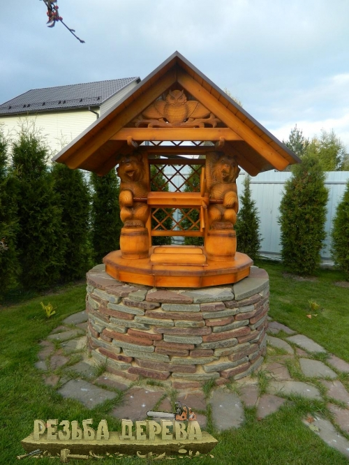 Резной колодезный дом, облицованный камнем