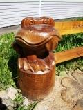 садовая фигура из дерева лягушка у пруда | Садовая деревянная скульптура