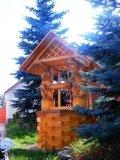 Колодезный домик в голубых елях | Колодезный домик