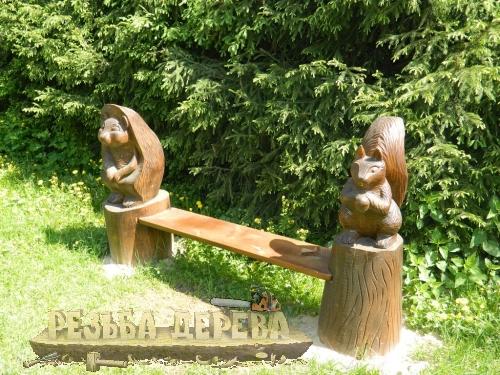 Деревянная скамейка в парке