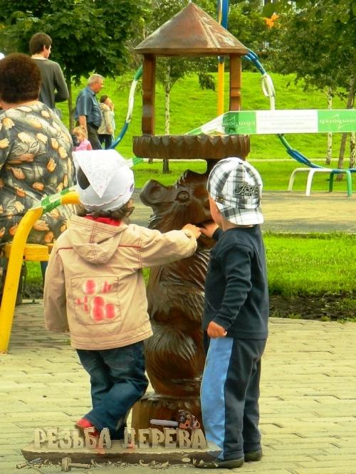 Скульптура из дерева и дети