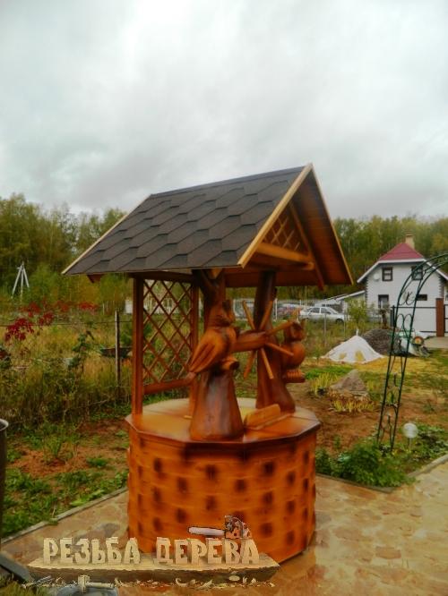 Деревянный колодезный домик с совами