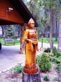 деревянная фигурка красавица с караваем | Садовая деревянная скульптура