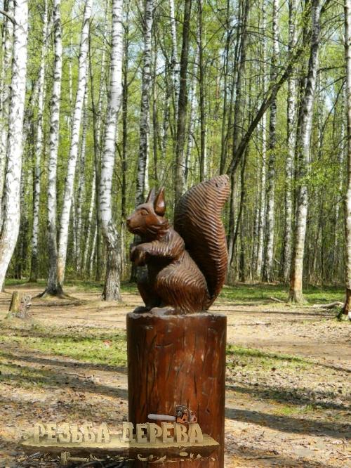 Парковая скульптура - белка на пеньке
