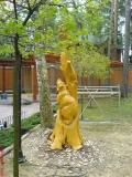Скульптурная композиция на корню дерева | Скульптура на корню
