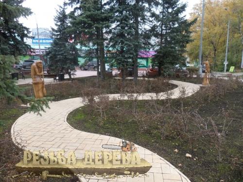 Скульптуры вдоль дорожки. Народный парк Площадь Беларуси.