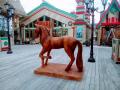 Конь на постаменте в полый размер. | Фестивальная площадка на Святоозерской улице. Москва, Косино-Ухтомское.