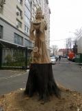 Гостеприимная хозяйка из ствола дерева | Скульптура на корню