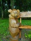 Мишка держит скамейку в парке Измайлово | Измайловский парк