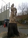 Хлебосольная красавица на корню дерева | Скульптура на корню