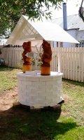 Белый колодезный домик с резными скульптурами | Колодезный домик