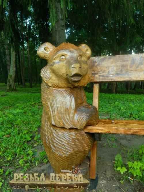 Мишка держит скамейку в парке Измайлово