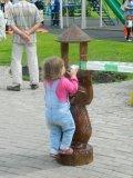 Кормушки для птиц и белок из дерева в парке | Кормушки для птиц