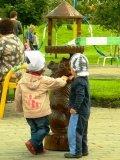 Скульптура из дерева и дети | Парковая скульптура