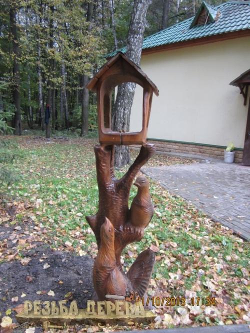 Кормушка из дерева для птиц в Измайловском парке