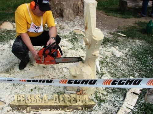Резьба скульптуры из дерева