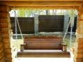 Подвесная деревянная лавка-качели в проеме стены | Мебель для парка, дачи и сада из дерева