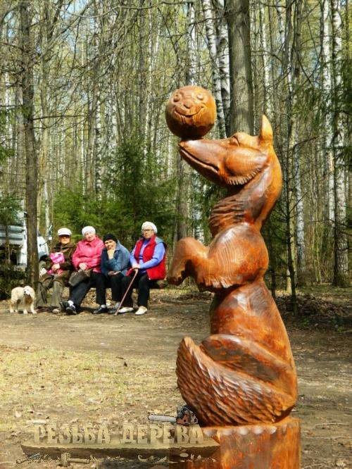 Парковая скульптура - лиса с колобком