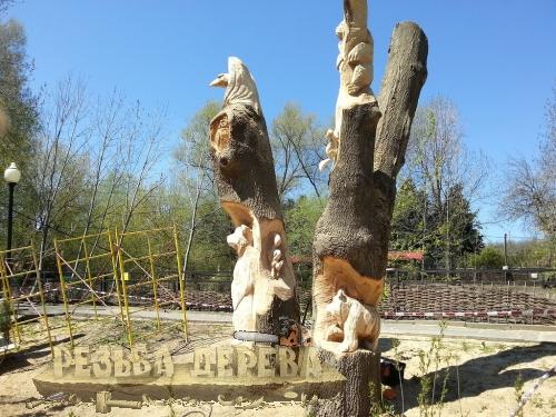 Резная деревянная композиция.