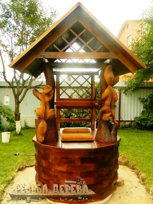 Домик для колодца с резными лисичками
