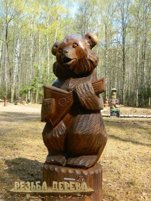 Парковая скульптура - мишка с балалайкой