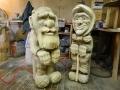 Деревянная садовая скульптура баба и дед на лавочке | Садовая деревянная скульптура