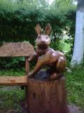 Заяц на деревянной скамеечке | Мебель для парка, дачи и сада из дерева