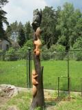 Резные белочки на стволе дерева на корню | Скульптура на корню