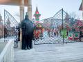 Входные ворота с резными столбами. | Фестивальная площадка на Святоозерской улице. Москва, Косино-Ухтомское.