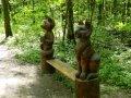 Деревянная скамейка с резными скульптурами | Парковая скульптура